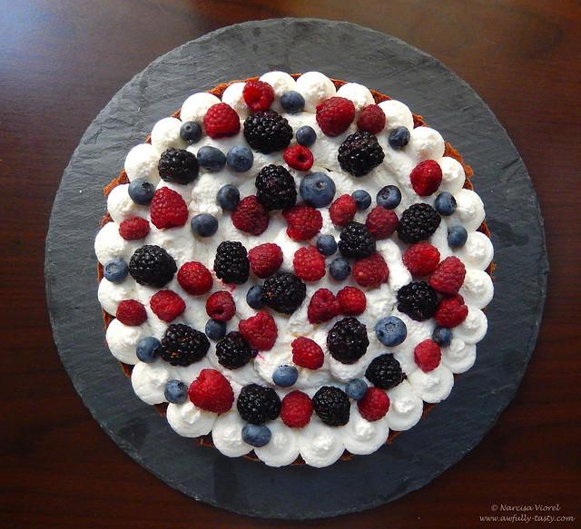 tort cu crema de branza si fructe de padure