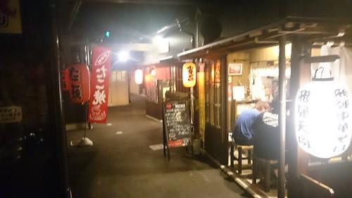夜更けの飲み屋街でイナカの閉鎖的コミュニティを感じる。僕も田舎は好きです