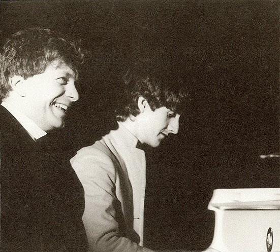 Обложка альбома «A Paean To Wilson»: Тони Уилсон и Вини Райли на открытии клуба Haçienda 21 мая 1982. Фото: Stephen Wright