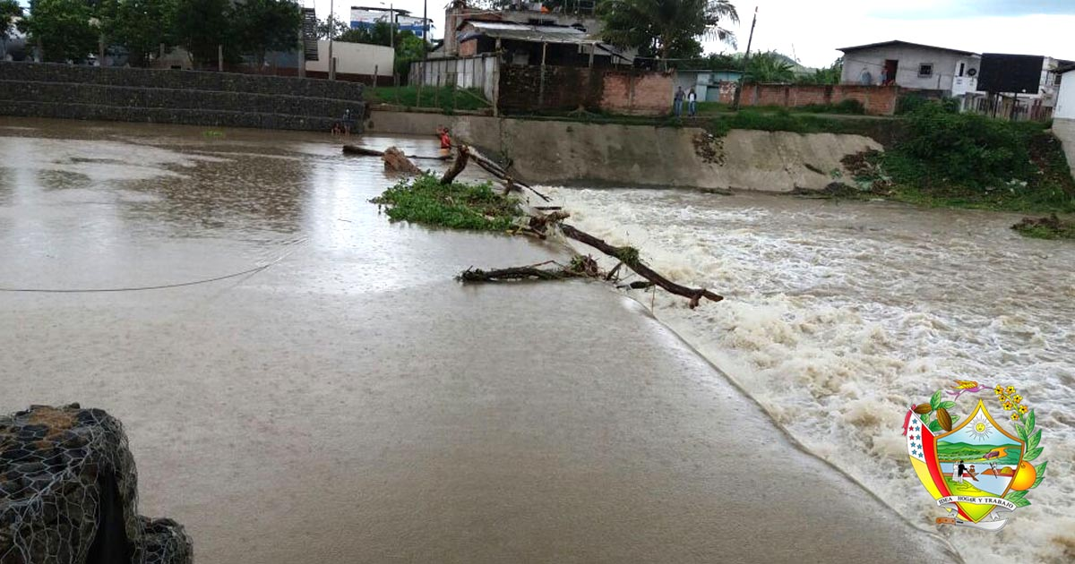 Empresa de Agua separa escombros del rio