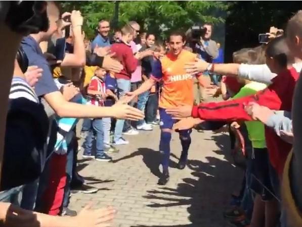 PSV homenajea a Guardado a su regreso a Holanda