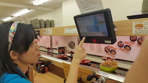 มาญี่ปุ่นทีไร ชอบมากินซูชิแบบกดปุ่มแบบนี้อ่ะ (แต่แฟนผมไม่ทานปลาดิบนะ)