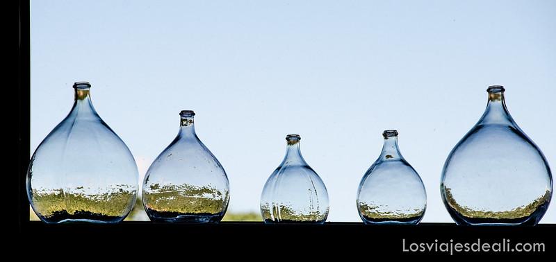 botellas de cristal en las bodegas de Belesta cerca del refugio la batére
