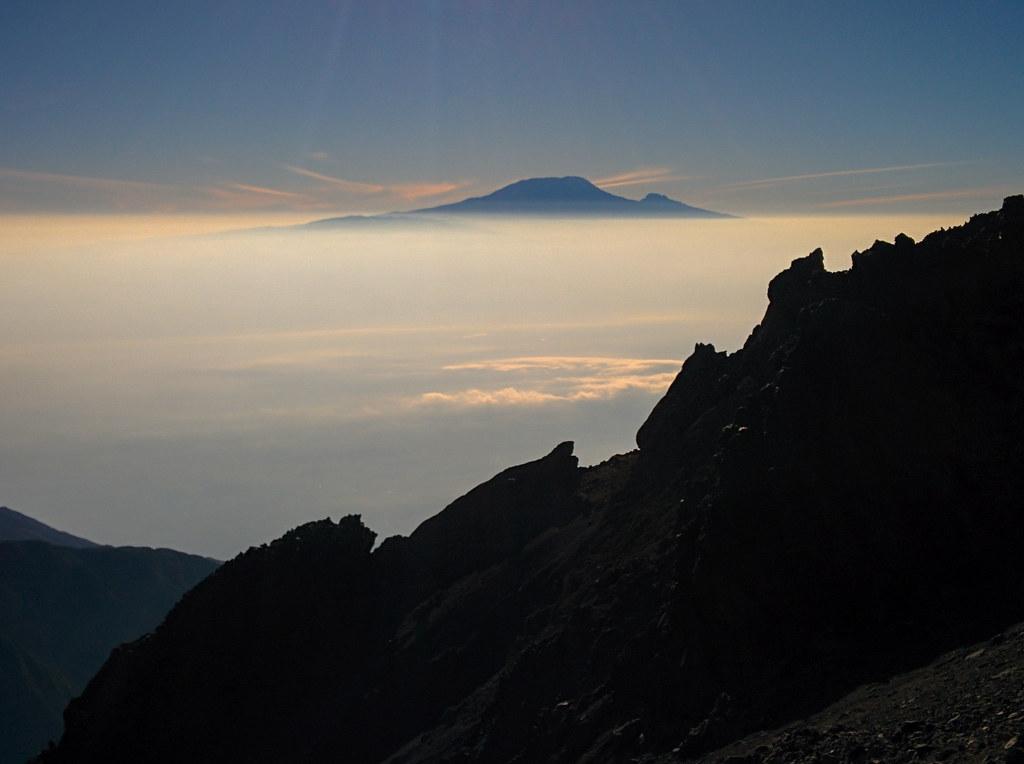 Blick zum Kilimanjaro - Gipfeltag  - 3. Tag Mount Meru Tour zur Akklimatisierung. Tansania - Kilimanjaro Kraterschläfer Expedition 2016, Wikinger Reisen