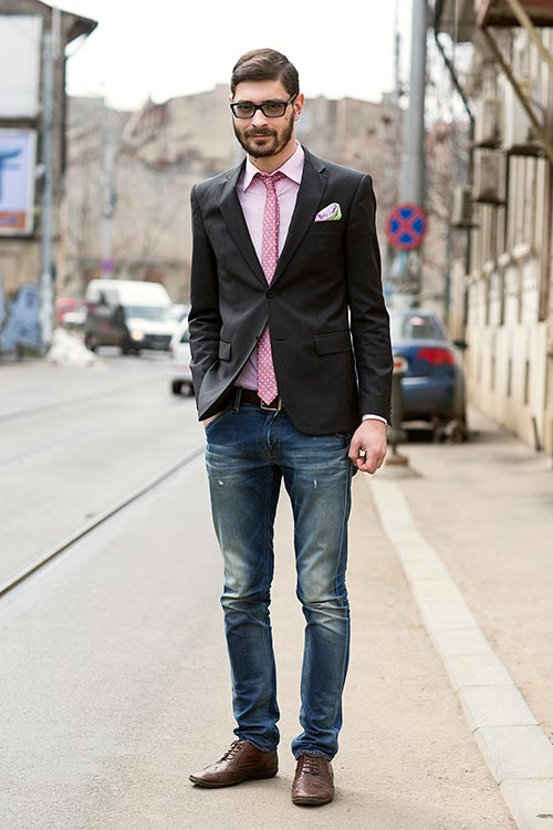 黒テーラードジャケット×デニムパンツ