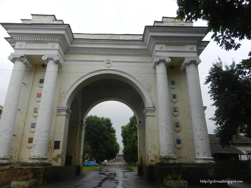 Новгород-Сиверский. Триумфальная арка