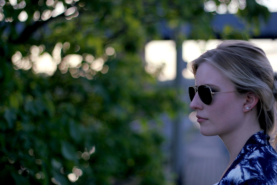 outfit-blogger-blonde-ray-ban-sunglases-gold-face-bokeh