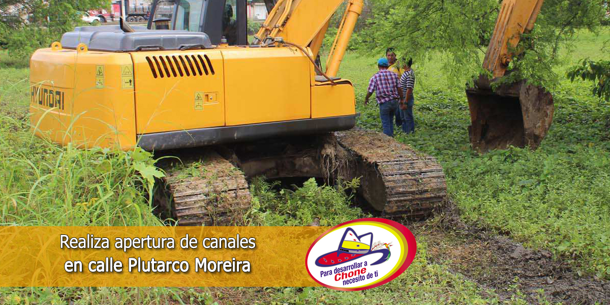 Realiza apertura de canales en calle Plutarco Moreira
