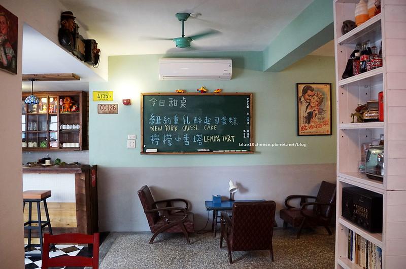 【台中北區】11号倉庫cafe - 11號倉庫咖啡老屋咖啡館.早午餐份量大有誠意可以吃很飽.復古玩具舊家具.老偉士牌.餐點現點現做.耐心等待.瑪吉斯輪胎和帝王食補中間