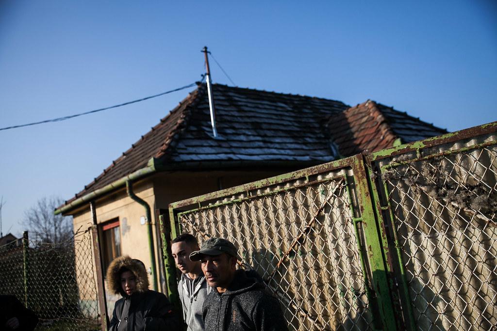 Károlyék házuk előtt, Bicskén | Fotó: Magócsi Márton