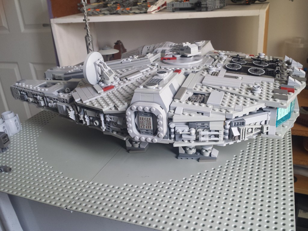 Lego Millennium Falcon right 2
