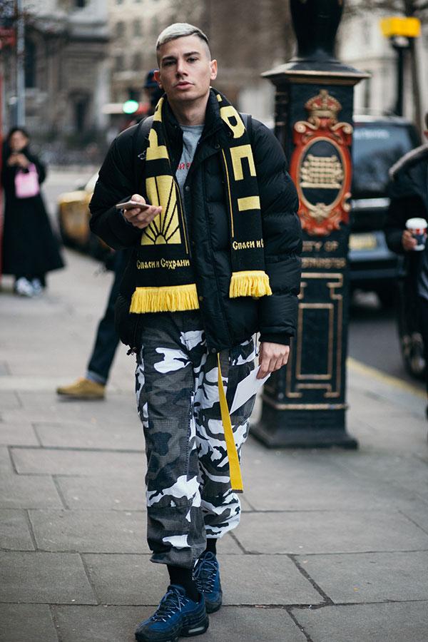 黒ダウンジャケット×黒・黄ロゴマフラー×グレーTシャツ×モノトーン迷彩パンツ×Nikeエアマックス95ネイビー