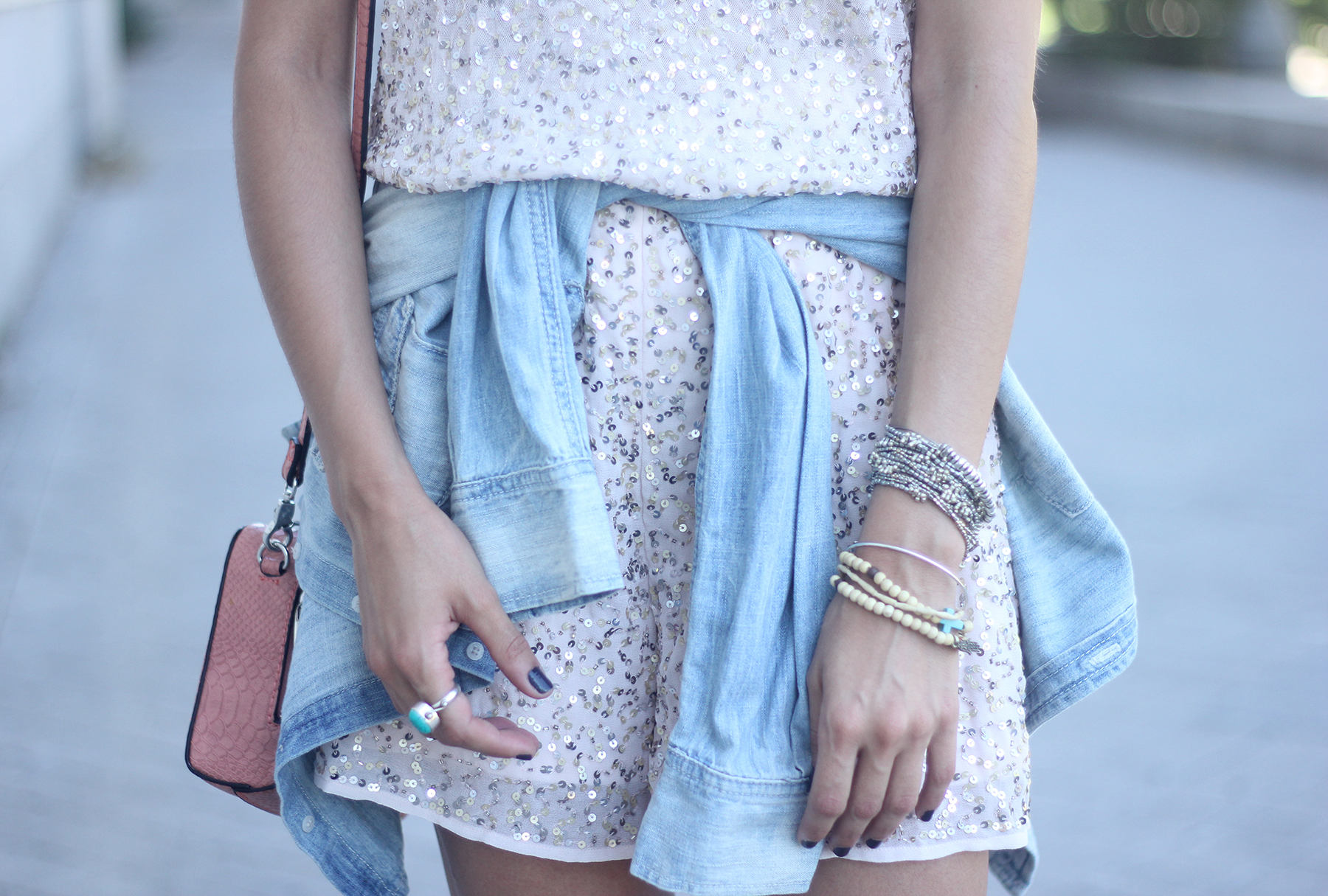 shorts and top with sequins summer outfits20