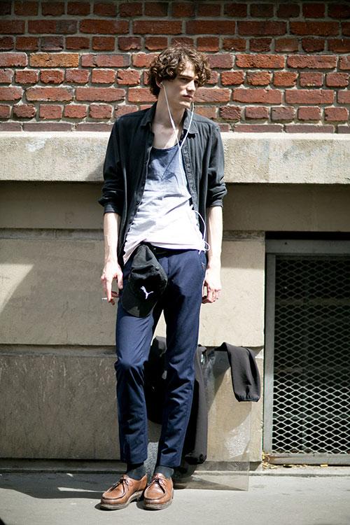 ブラックデニムシャツ×紺チノパン×黒ワラビーモカシン茶