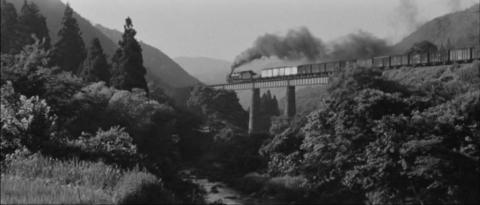 55−磐越東線の棚木橋梁を渡るD60牽引の貨物列車