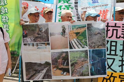 環團擔憂修法後將大開集水區開發便門,引發土石流、淹水、山崩等危害。攝影:黃小玲