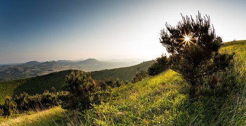 light sunset panorama landscape ancient warm dramatic hills crater valley southkorea jeju volcanic goldenhour sunstar darangshioreum