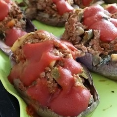 Berenjenas rellenas ternera;  300 gr ternera 100%, 1 pimento verde, 5 tomates y la pulpa de la berenjena. Por encima salsa de tomate hecha con algunos de los tomates mencionados. Buen provecho! #pornfoods #foodporn #food