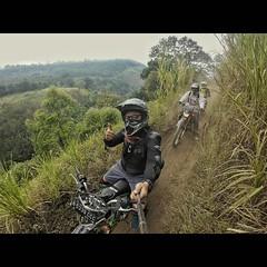 Jam 1 siang brangkat dari Malang, menuju Batu, dan masuk ke Gunung Panderman. Memang ada jalur untuk trail dan sepeda downhill. Pemandangannya ciamik.