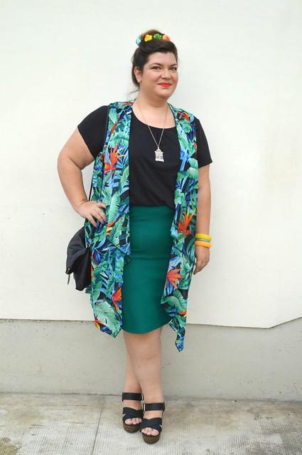 Outfit nero, verde e tropicale