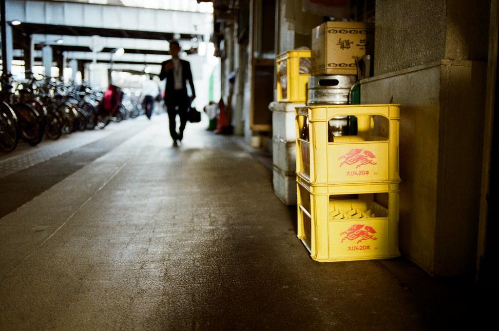渋谷 Tokyo, Japan / Kodak ColorPlus / Nikon FM2 三個角度,覺得呢?  那時候把握太陽下山時的光線,但又很喜歡日本街頭放在店門口的酒籃、生啤酒桶,就是要這樣放著才有日本居酒屋的感覺。  我就拍了不同角度的畫面。  至於我喜歡哪一張呢?  說都喜歡呢?  Nikon FM2 Nikon AI AF Nikkor 35mm F/2D Kodak ColorPlus ISO200 0997-0034 2015/10/02 Photo by Toomore