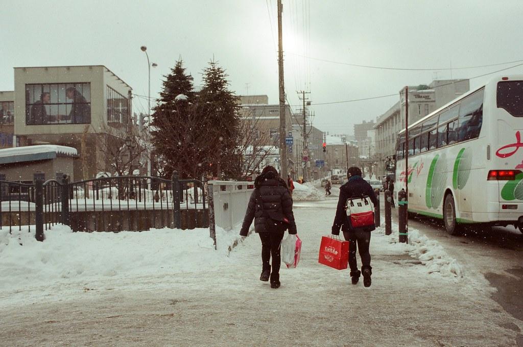 小樽食堂 Otaru 北海道 / Fujifilm 500D 8592 / Nikon FM2 從小樽食堂離開,一出門口就飄起雪來。我記得這是我第一次看到比較厚一點的雪花,所以感到非常好奇與興奮。  只是外面真的很冷!  這個方向是要往天狗山,從這裡慢慢的走上山去,雖然這條路上有公車可以搭,但是我想要邊走邊拍,慢慢觀察下雪的地方。  Nikon FM2 Nikon AI AF Nikkor 35mm F/2D Fujifilm 500D 8592 1119-0011 2016/02/02 Photo by Toomore