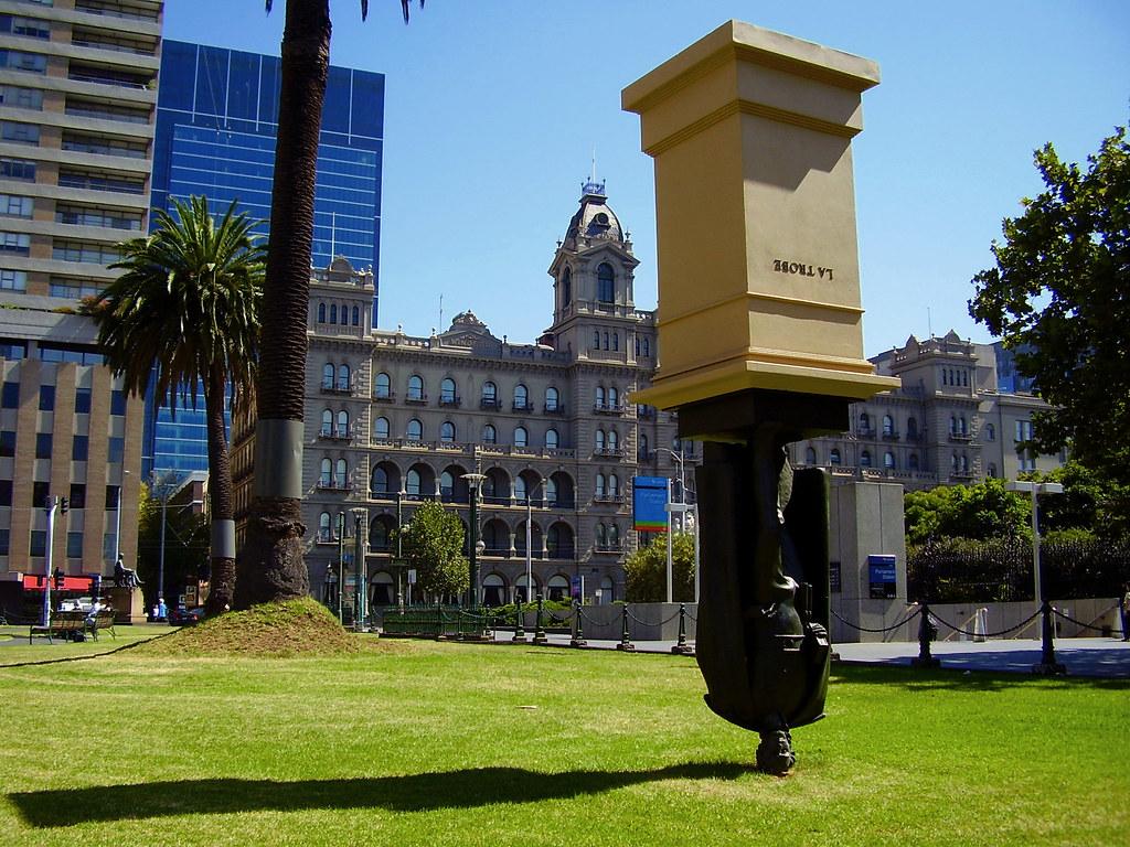 Monumento invertido de Charles La Trobe