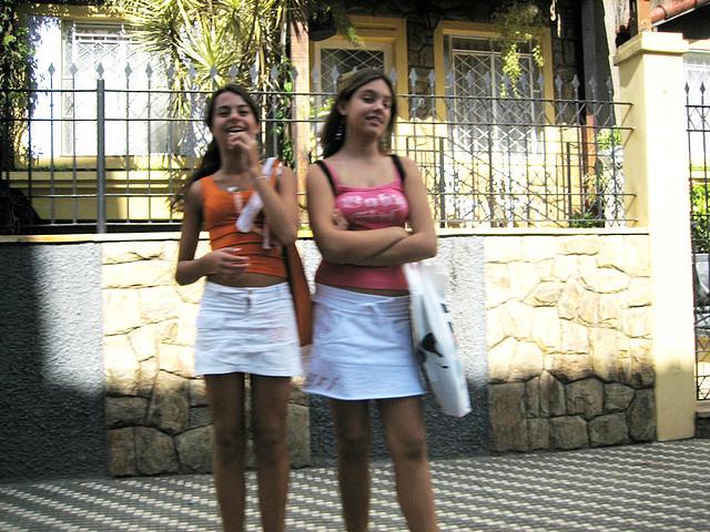 Meninas mijando na rua fragas apologise