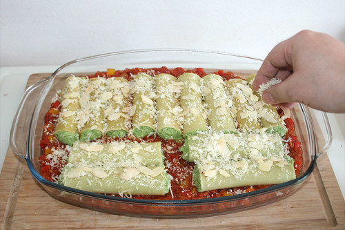 49 - Cannelloni mit Pecorino & Mandeln bestreuen / Dredge cannelloni with pecorino & almonds