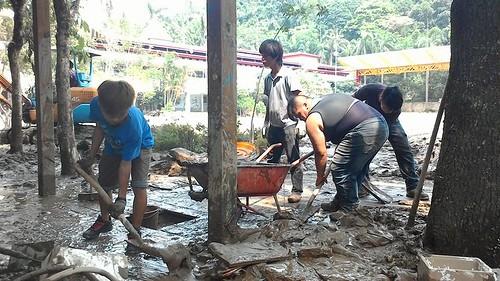 龜山國小師生合力清理土石流肆虐後的校園。攝影:黃淑玲。