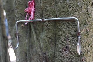 為了方便,直接把掛勾釘在樹上。