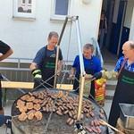 Die Grillmannschaft mit dem pfiffigen, von Adam Tobias sen. konstruirten Grill