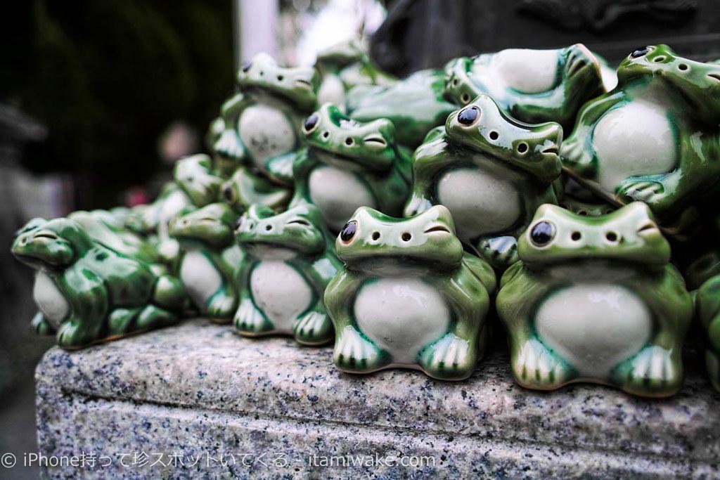 台座の上の身代わり蛙
