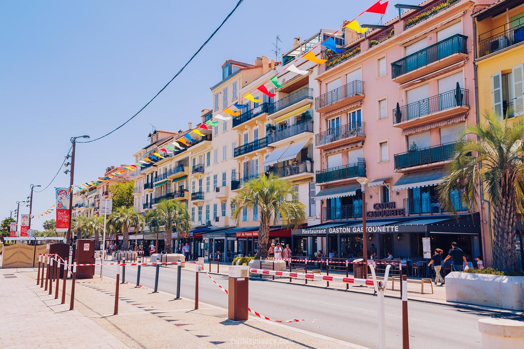The walk next to Cannes' Old Harbour