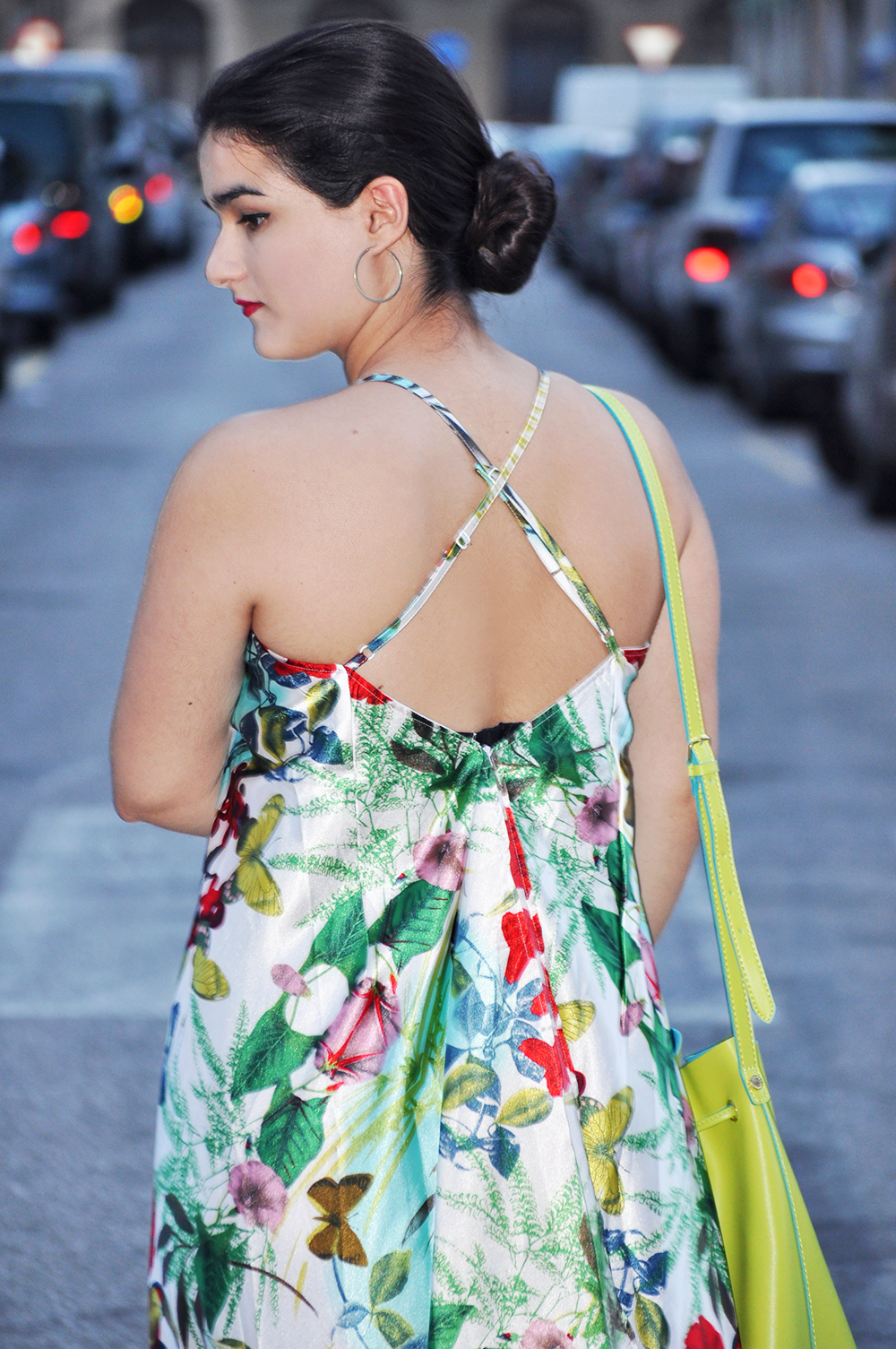 valencia fashion blogger, something fashion moda style streetstyle, floral flower dress how to wear, stonefly steve madden bag, spanish typical outfit flamenco low bun hairstyle