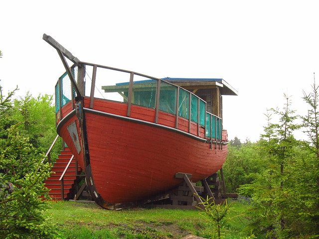 """A boat hostel """"room"""" at Griffon Aventure - CC by Vince"""