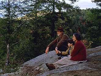 電影劇照,小樹與爺爺奶奶望著山林。