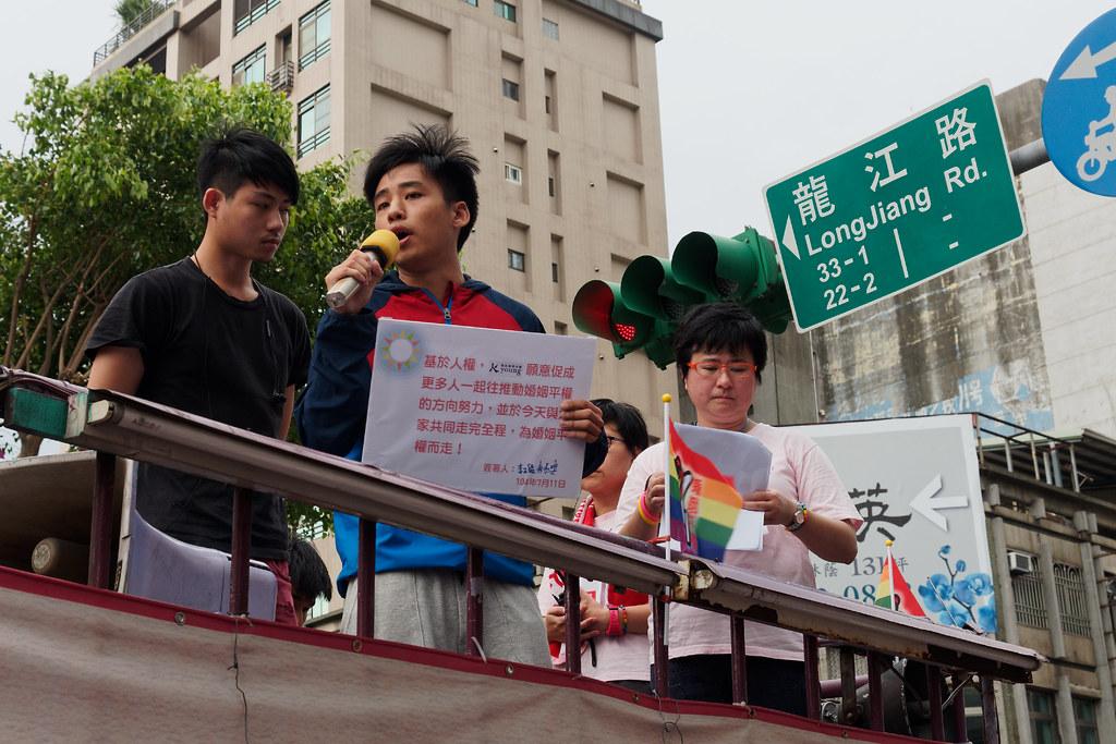 國民黨青年團總團長林家興(左二)手持「承諾書」看板,出面表示基於人權,國民黨青年團願意促成更多人一起往推動婚姻平權的方向努力。(攝影:宋小海)