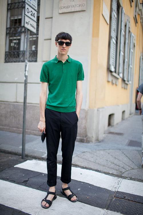 グリーンポロシャツ×黒トラウザー×黒サンダル