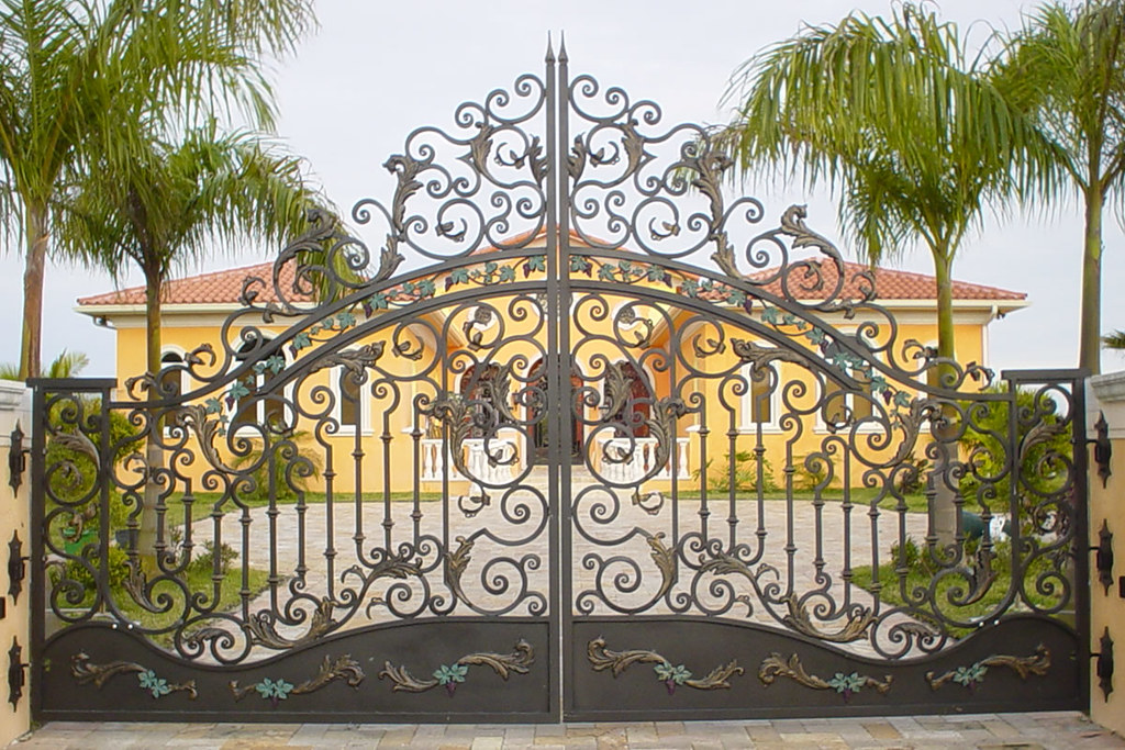 Cửa cổng sắt ngày nay rất an toàn và tuyệt đẹp