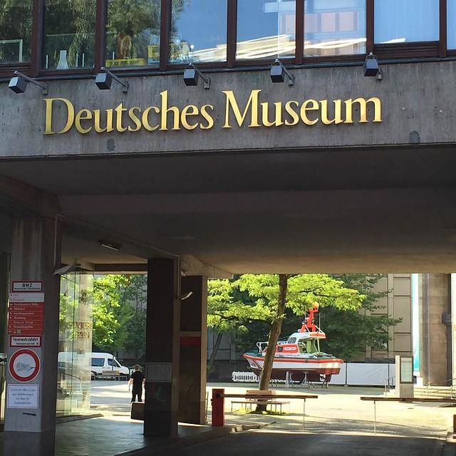Osterferien in München Auftakt zur #TransAlpina München - Venedig per Rad. Treffpunkt Deutsches Museum. Warten auf die Kollegen #earlybird