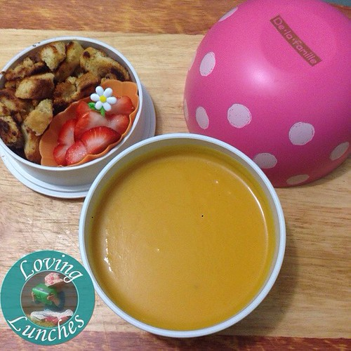 Loving a catch up… have been a bit off the last few days so have been making super quick and simple lunches… this sweet potato and pear soup with croutons and strawberries for me ☺️🍓