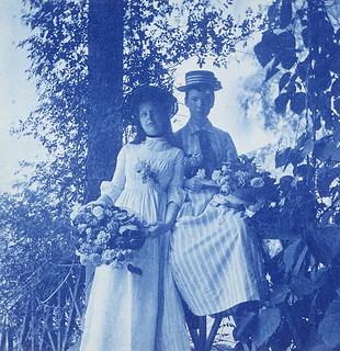 Portrait of two ladies in the woods holding bouquets of roses, probably Vancouver Island, British Columbia,  ca. 1905 / Portrait de deux dames portant des bouquets de roses dans un bois, probablement sur l'île de Vancouver, en Colombie Britannique, v