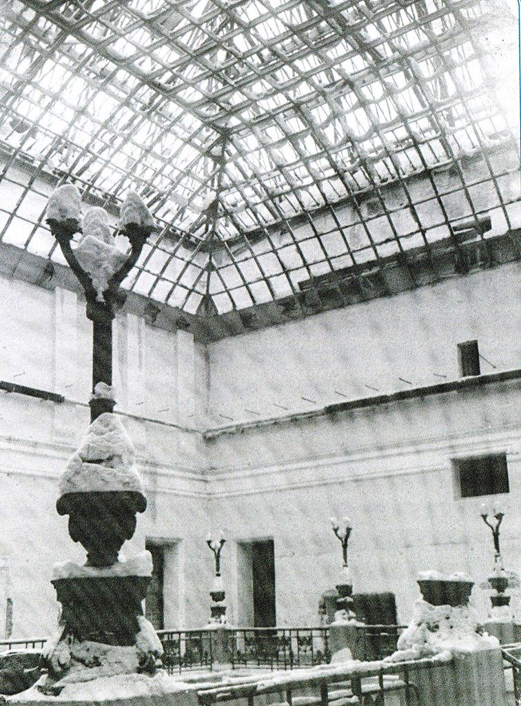 Аудиторный корпус Московского университета после бомбежки. Фотография 1941 года