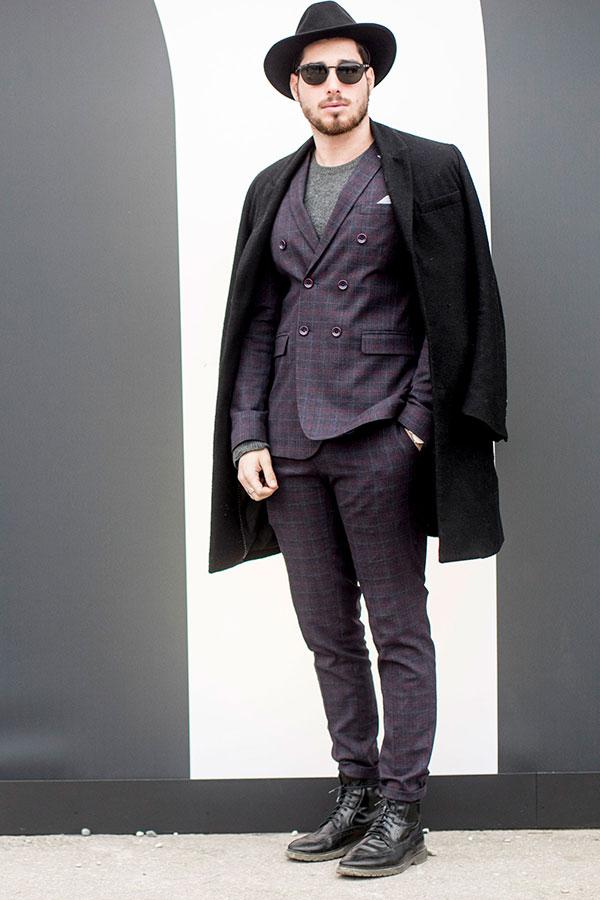 黒ハット×黒チェスターコート×紫系チェックダブルスーツ×グレーTシャツ×黒レースアップブーツ