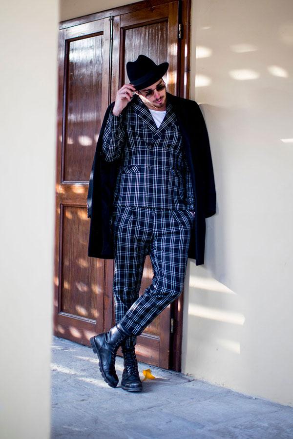 黒ハット×黒チェスターコート×グレー系チェックダブルスーツ×白Tシャツ×黒レースアップブーツ
