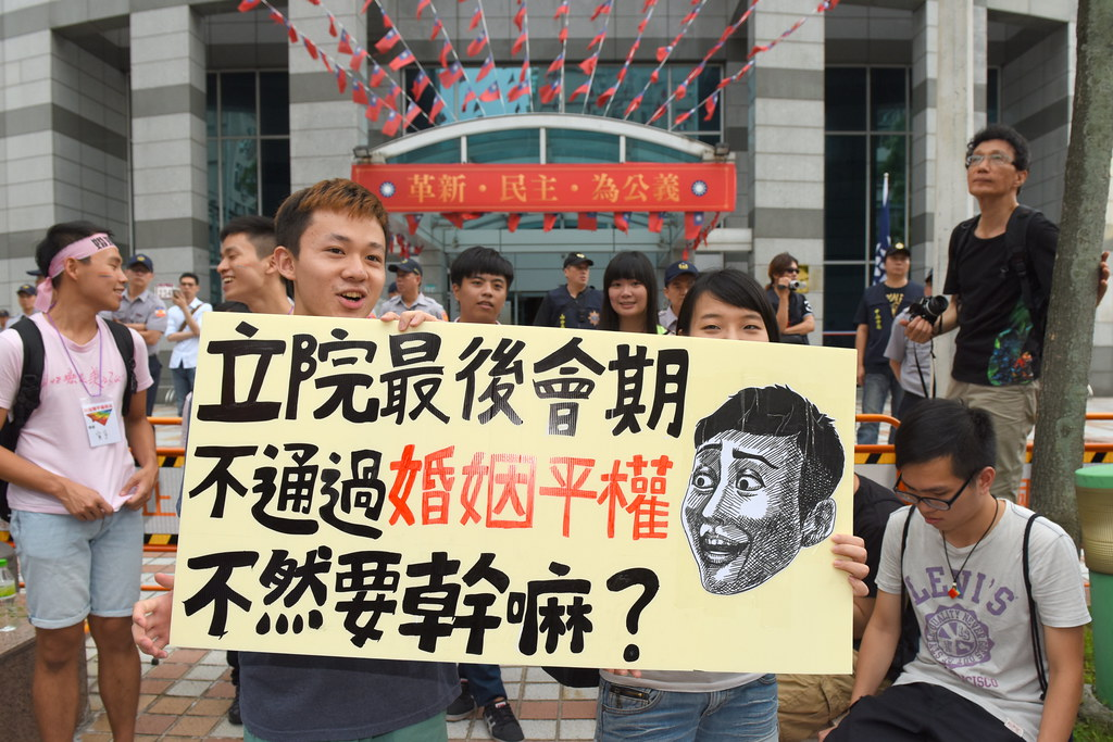 伴侶盟發起「婚姻平權」遊行,要求國民黨、民進黨兩大黨承諾在本屆立法院最後會期支持婚姻平權法案通過。(攝影:宋小海)