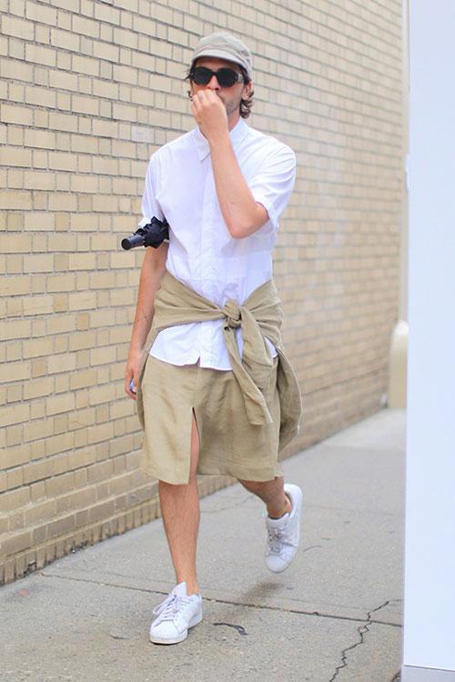 白半袖シャツ×ベージュスカート×adidasスーパースター全白
