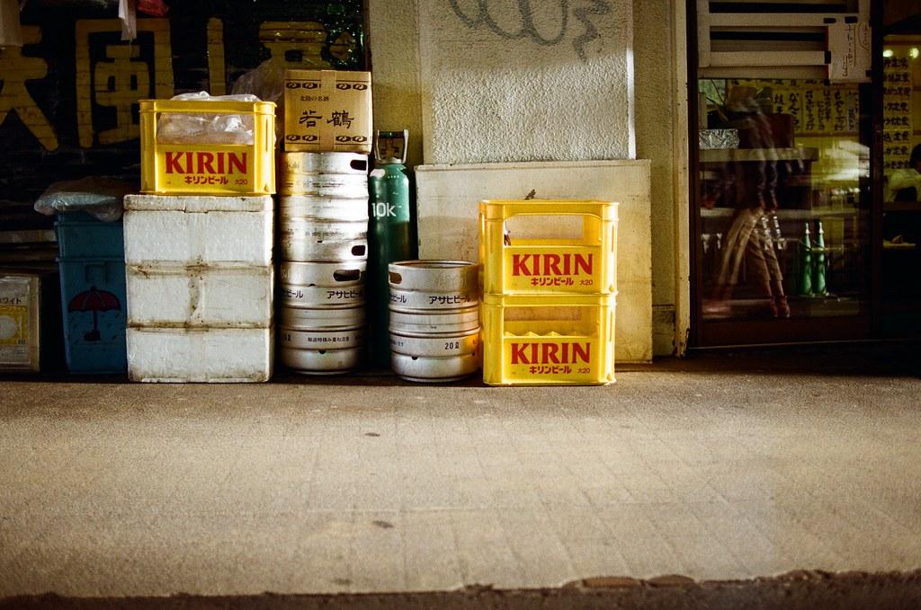 渋谷 Tokyo, Japan / Kodak ColorPlus / Nikon FM2 三個角度,覺得呢?  那時候把握太陽下山時的光線,但又很喜歡日本街頭放在店門口的酒籃、生啤酒桶,就是要這樣放著才有日本居酒屋的感覺。  我就拍了不同角度的畫面。  至於我喜歡哪一張呢?  我也挑不太出來。  Nikon FM2 Nikon AI AF Nikkor 35mm F/2D Kodak ColorPlus ISO200 0997-0031 2015/10/02 Photo by Toomore