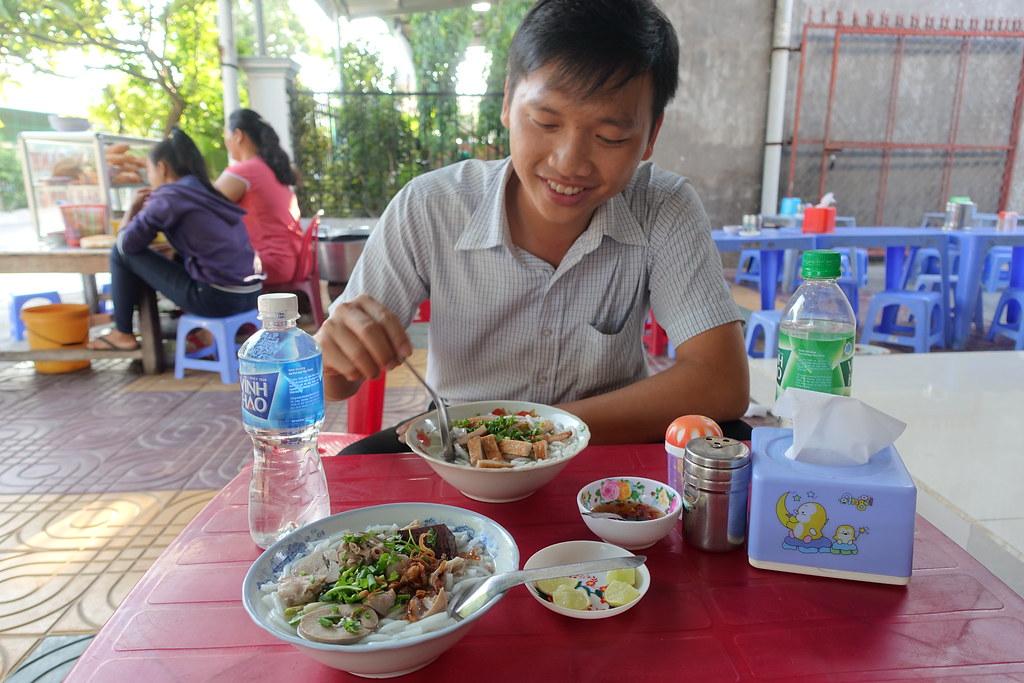 Bữa sáng sang trọng ở Thị trấn Liên Hương, một bữa sáng đầy ruồi, lần đầu tiên mình nhìn thấy lắm ruồi thế ở quán ăn, chúng bâu đầy lên thức ăn